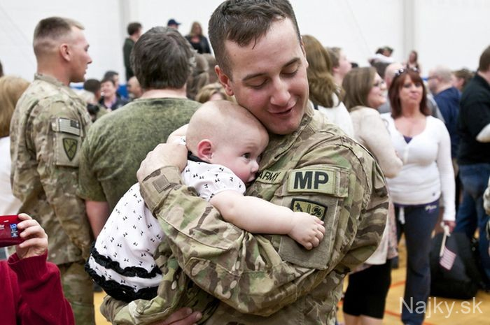 soldiers_meeting_children_28