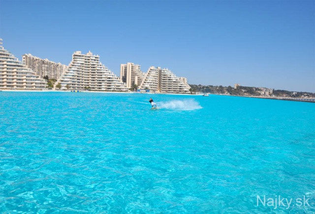 Worlds-Largest-Swimming-Pool-1