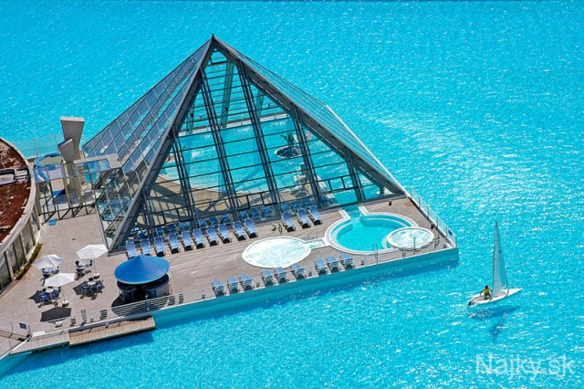 Worlds-Largest-Swimming-Pool-2