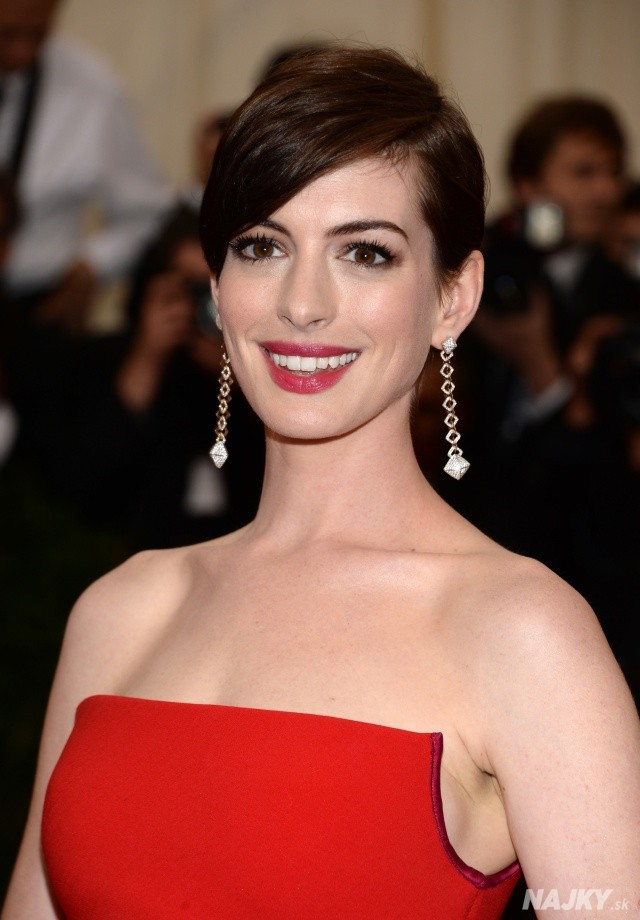 """Anne Hathaway attends The Metropolitan Museum of Art's Costume Institute benefit gala celebrating """"Charles James: Beyond Fashion"""" on Monday, May 5, 2014, in New York. (Photo by Evan Agostini/Invision/AP)"""