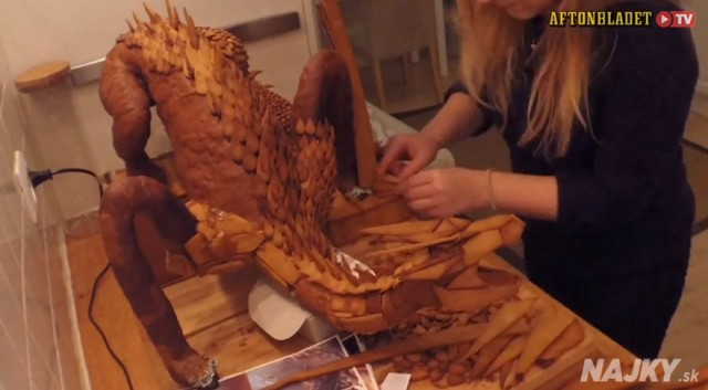 Swedish-3D-Artist-Bakes-The-Legendary-Smaug-From-The-Hobbit-Out-Of-Gingerbread3__880