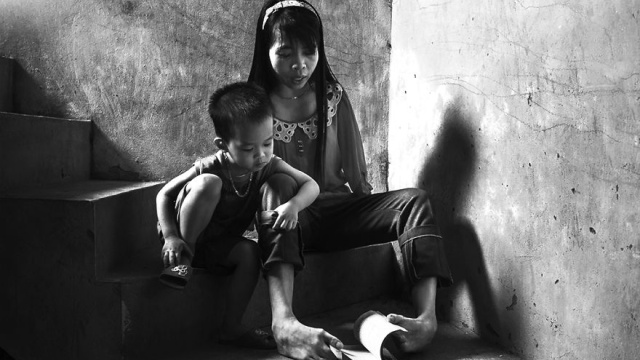 After the war vietnamese girl born without arms lives normal life and takes care of her nephew 3__880.jpg