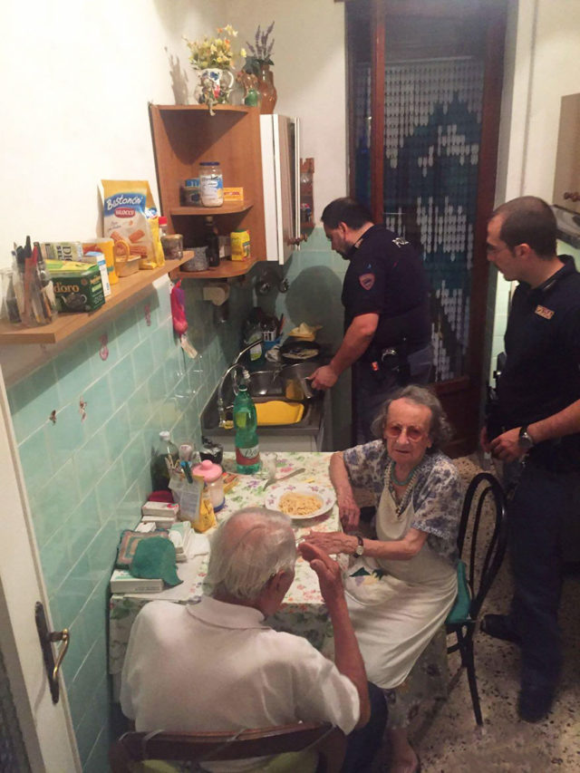 Old couple cries police cook pasta rome 2a.jpg