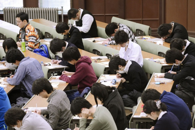 http://www.japantimes.co.jp/news/2013/12/02/reference/entrance-exams-get-failing-grade/