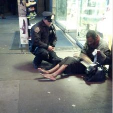 15788610 o nypd cop gives homeless shoes facebook 1503430182 650 959c5c2ce9 1504186602.jpg
