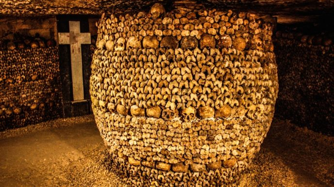 Https://commons.wikimedia.org/wiki/File:Catacombs_of_Paris,_16_August_2013_015.jpg