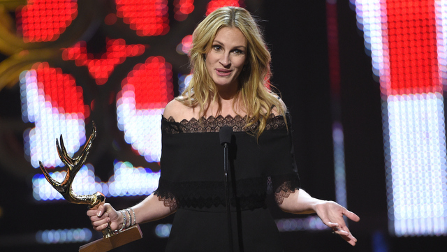 Julia Roberts accepts the woman of the decade award at the Guys Choice Awards at Sony Pictures Studios on Saturday, June 4, 2016, in Culver City, Calif. (Photo by Chris Pizzello/Invision/AP)
