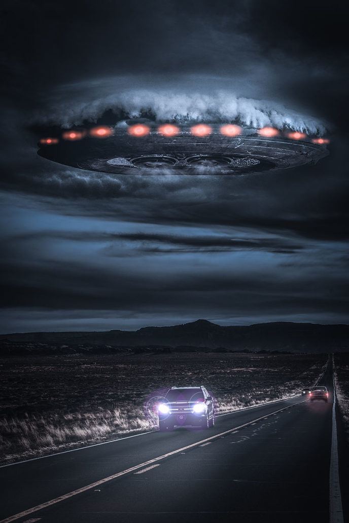 Https://sk.wikipedia.org/wiki/UFO#/media/File:Alien_spaceship_breaking_through_the_clouds_over_a_desert_highway.jpg