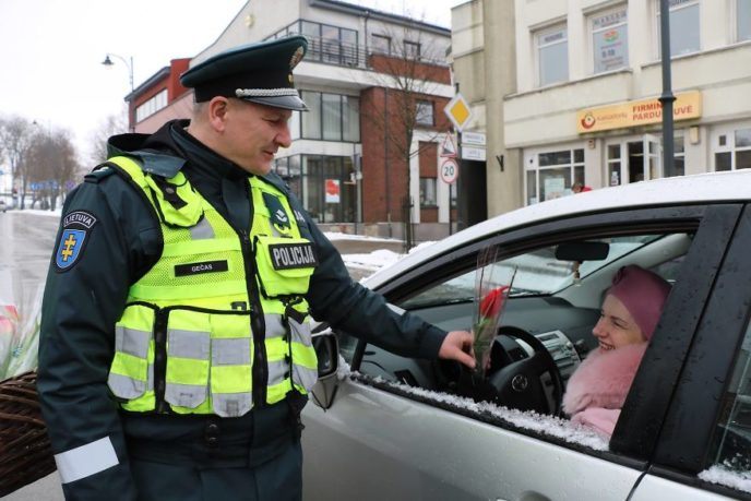 Lithuanian police officers flowers international womens day1 5aa1211567eb9__880.jpg