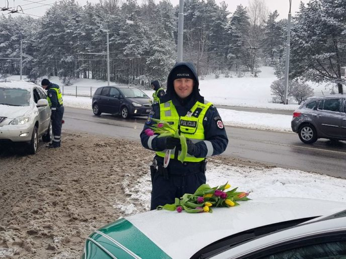 Lithuanian police officers flowers international womens day10 5aa12129e9e42__880.jpg
