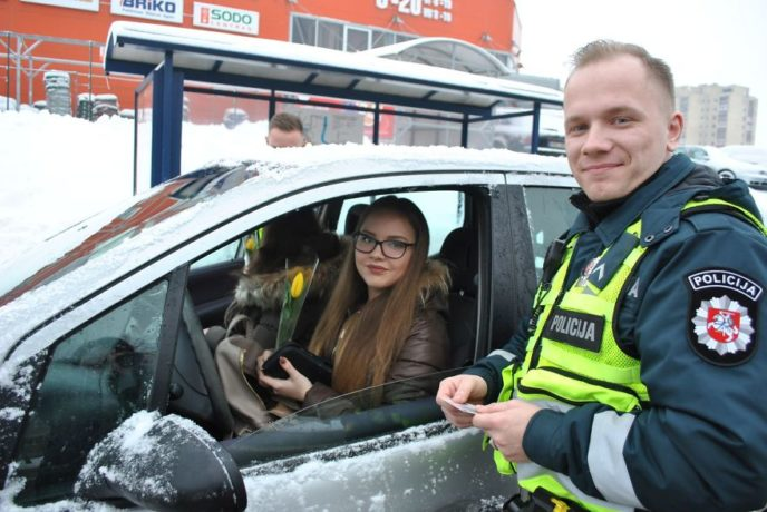 Lithuanian police officers flowers international womens day14 5aa121332de99__880.jpg