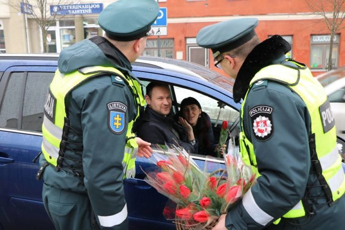 Lithuanian police officers flowers international womens day2 5aa1211926b6f__880.jpg