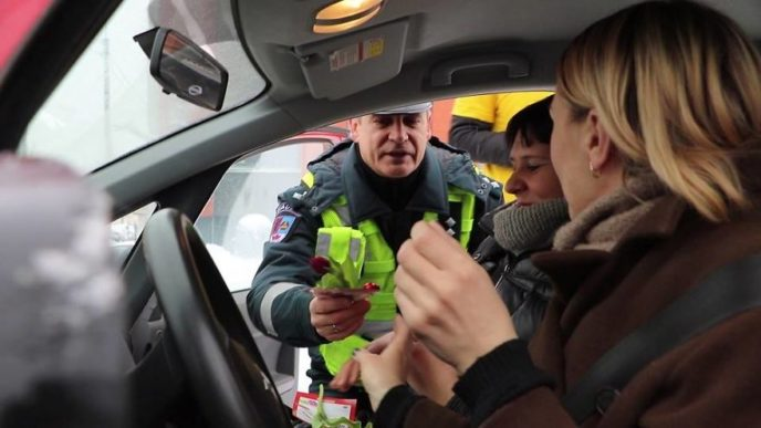 Lithuanian police officers flowers international womens day21 5aa1214262c98__880.jpg
