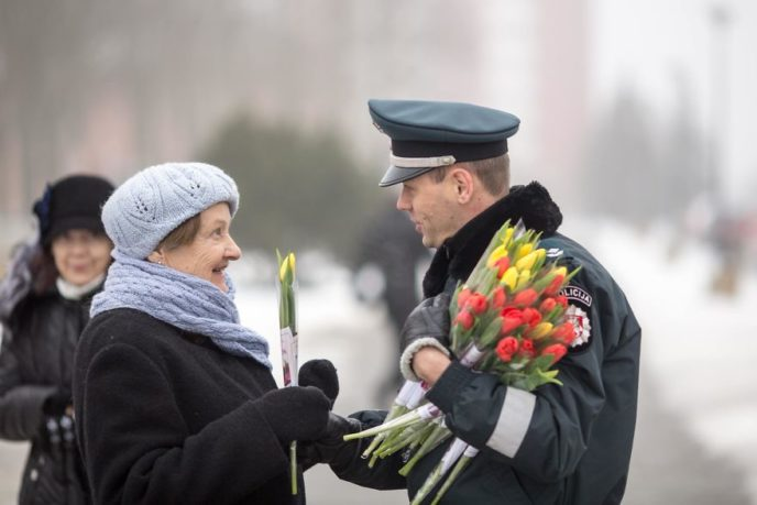 Lithuanian police officers flowers international womens day9 5aa12127af963__880.jpg