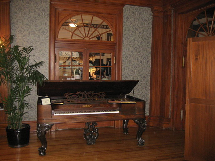 Https://commons.wikimedia.org/wiki/File:Stanley_Hotel,_Lobby_Piano.jpg