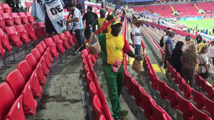 Japan senegal football fans cleaning stadium trash word cup 2018 6 5b2a384a1ba64__700.jpg