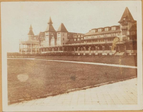 Oriental boulevard showing the manhattan beach hotel 1911.jpg