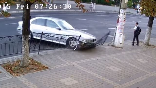 Bmw a zrazka do plotu.jpg