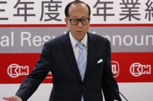 Hong Kong tycoon Li Ka-shing, chairman of Hutchison Whampoa Ltd., and Cheung Kong (Holdings) Ltd., gestures during a press conference to announce his companies' annual results in Hong Kong Friday, Feb. 28, 2014. Hutchison Whampoa Ltd., posted net profit for 2013 was up 20 per cent from the previous year.  (AP Photo/Kin Cheung)