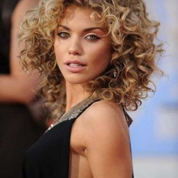30 curly hairstyles for short hair 25.jpg