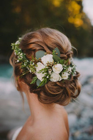 00f22caefbeb TOP svadobné účesy na rok 2018. Updo wedding hairstyles with green floral  for 2017.jpg