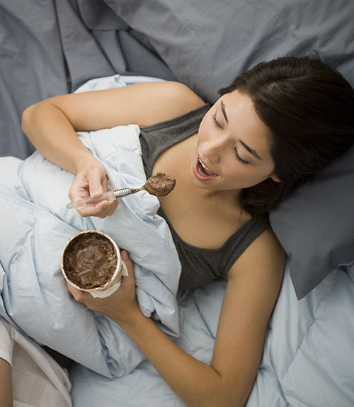55091bd6dece6 ghk eating in bed xl.jpg