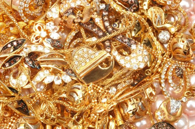 Gold jewelry for your example in choosing gold jewelry that is right for you wear so it looks more alluring 6.jpg