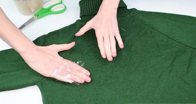 Aid1695410 v4 728px remove lint from clothes step 3 version 4.jpg