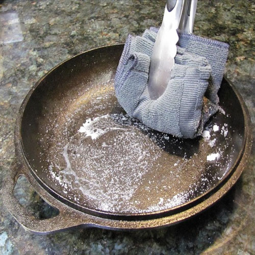 7 uses of salt for home cleaning clean greasy pans 7 44531 clean greasy pans.jpg