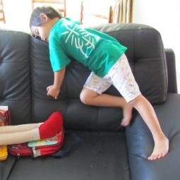 Funny_and_awkward_kid_sleeping_positions_640_04.jpg