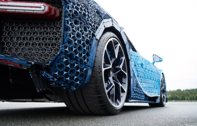 Back wheels view of bugatti chiron lego car.png