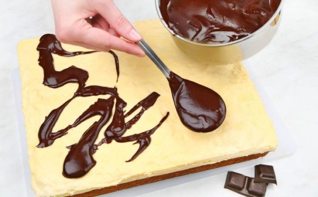 Croppedimage733456 prepare the topping. heat the cream with the broken chocolate in the saucepan until the topping becomes smooth. spread the cooled topping on the cake.jpg