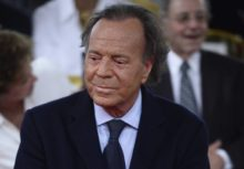 418702_julio_iglesias_paternity_39360 85736ac336774175a28a4817f690fd48 676x469.jpg