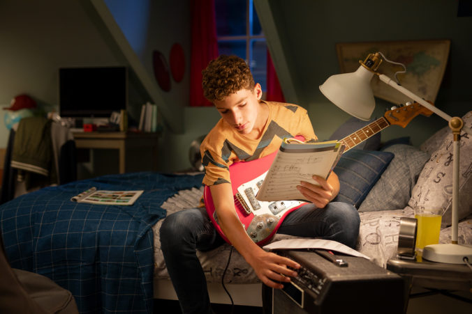 94594_eyecomfort us_eu teenage boy tuning guitar led lamp 676x451.jpg
